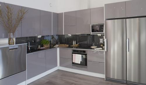 keittio-simple-kiiltavaharmaa-taso-kiiltavamusta-graniitti-2